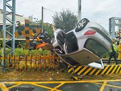 轎車詭異卡軌38秒 火車撞飛駕駛亡