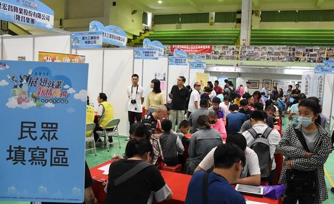 彰化縣政府7日在彰化縣員林國小今年度第4場大型就業博覽會,40家公司提供上千職缺。(吳敏菁攝)