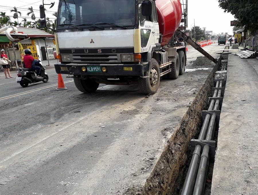 內埔鄉多條道路目前正在進行管線地下化工程,到處挖路引發民怨。鄉公所表示年底前會全面完工,請鄉親再包容一段時間。(內埔鄉公所提供/潘建志傳真)