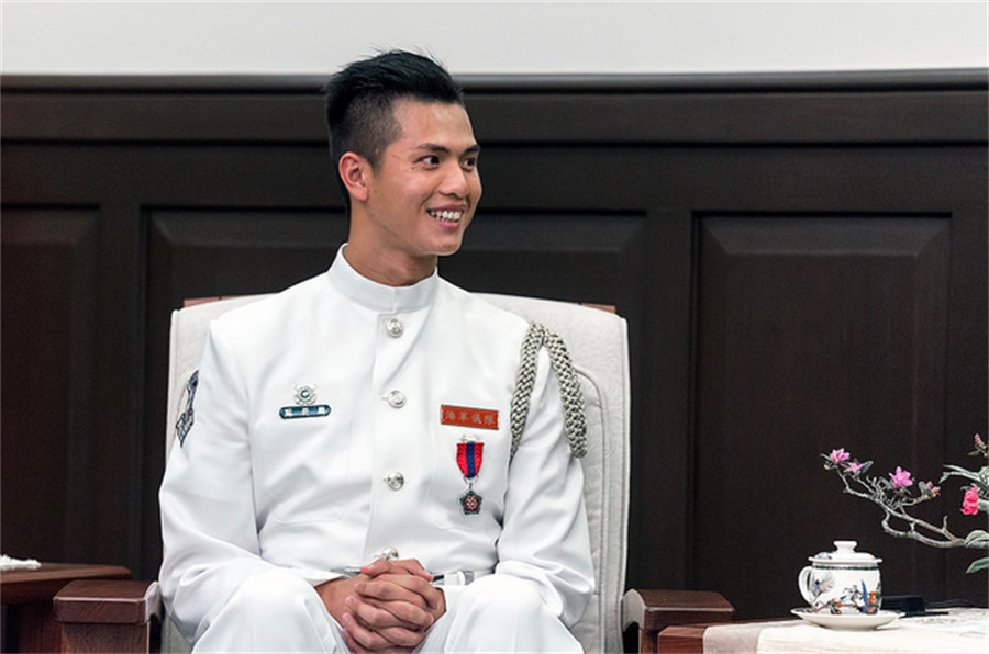 前海軍儀隊上兵蘇祈麟去年參加世界儀隊錦標賽獲第四名佳績,獲蔡英文總統接見表揚。(取自總統府官網)