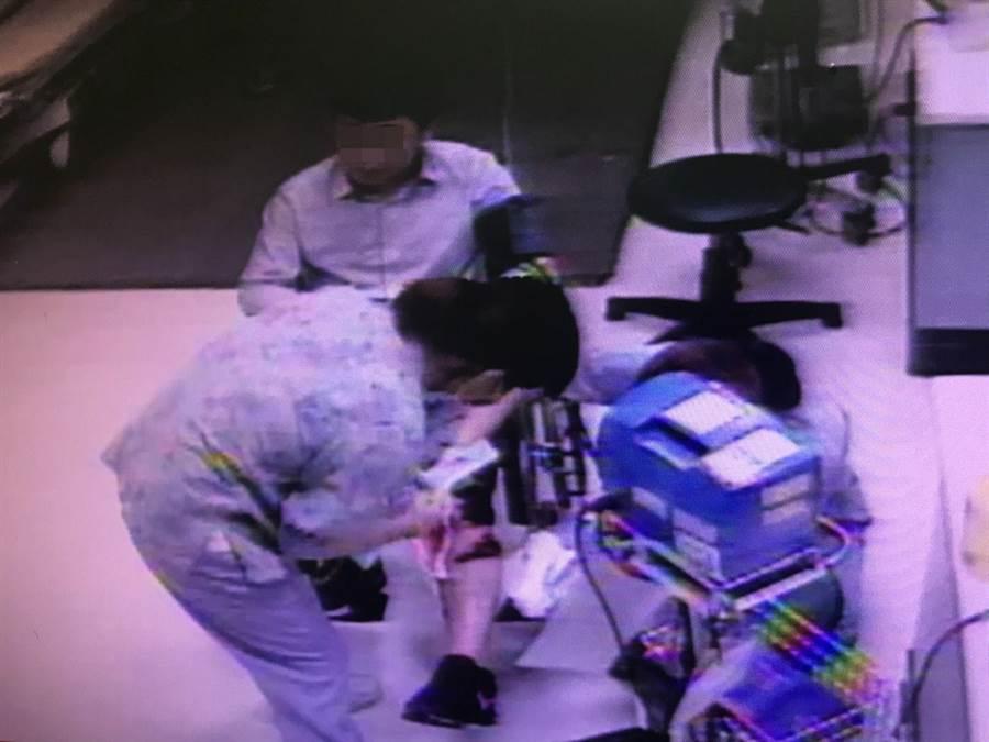 吳男左小腿受傷流血,到嘉基醫院急診。(讀者提供,廖素慧嘉義市傳真)