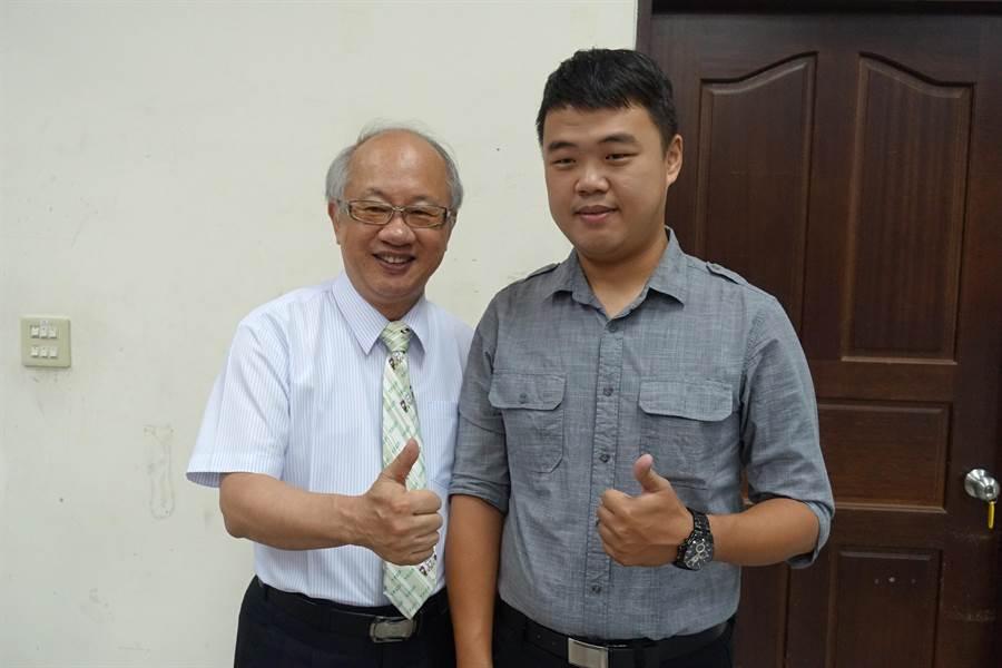 家扶中心主委陳燦勳(左)自掏腰包獎助特優學生的第一年,國三畢業的陳信憲(右)是第一年獲獎者,時光一晃眼,他已成為嘉中學老師。(周麗蘭攝)
