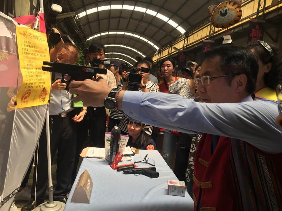 台南市長黃偉哲化身神射手打靶。(曹婷婷攝)