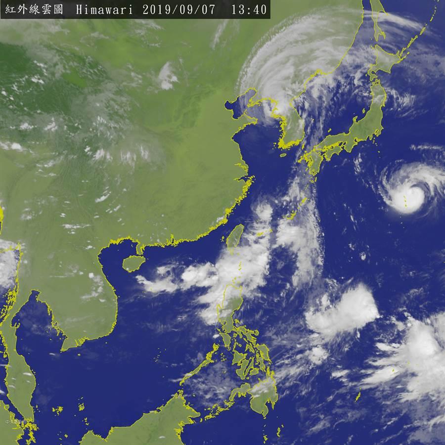 氣象局表示,菲律賓東方海面有熱擾動,下周恐成今年第16號颱風琵琶。(衛星雲圖/中央氣象局)