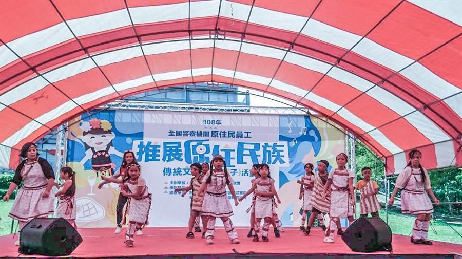 新竹市警局舉辦桃竹苗原警親子同歡活動,小朋友上台表演舞蹈。(市警局提供/羅浚濱新竹傳真)