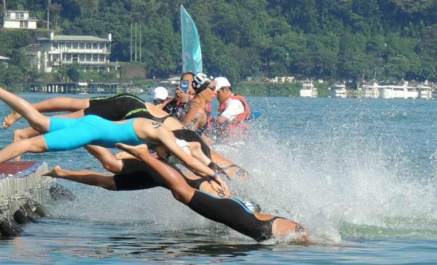 ▲台灣首度舉辦FINA世界馬拉松游泳大賽在日月潭舉行;裁判鳴槍後,選手們競相跳水搶快出發。(楊樹煌攝)
