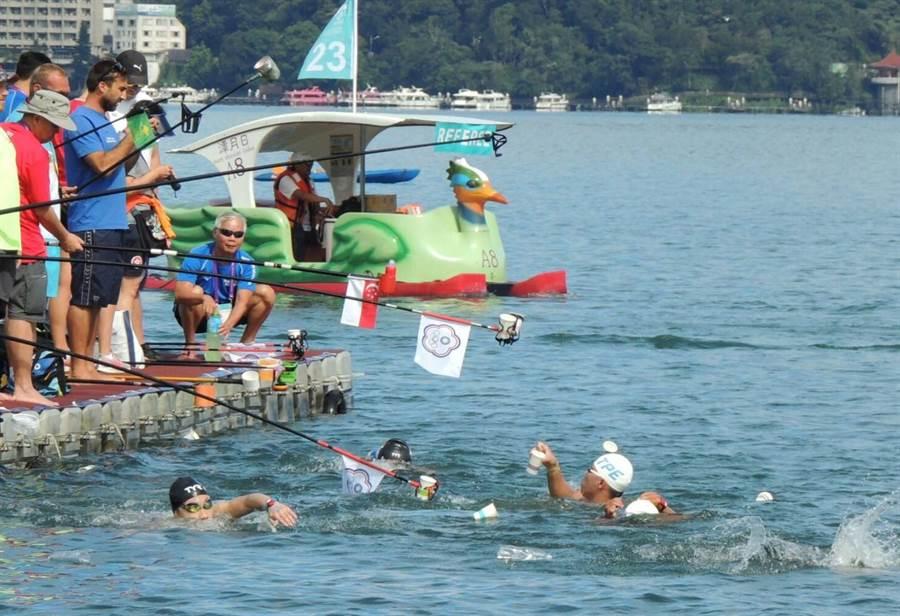 ▲FINA世界馬拉松游泳系列賽事,單圈2公里需繞5圈才能完賽,因此賽程中出現其它泳賽罕見的長竿餵食畫面。(楊樹煌攝)