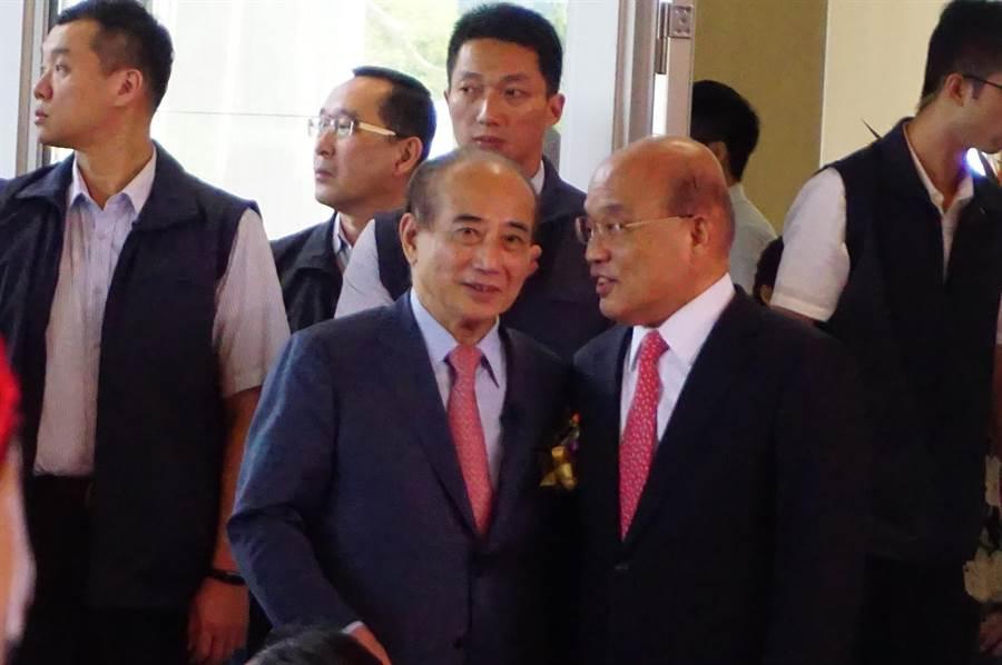 前立法院長王金平(左)、行政院長蘇貞昌(右)頻頻交頭接耳,互動相當熱絡。(王文吉攝)