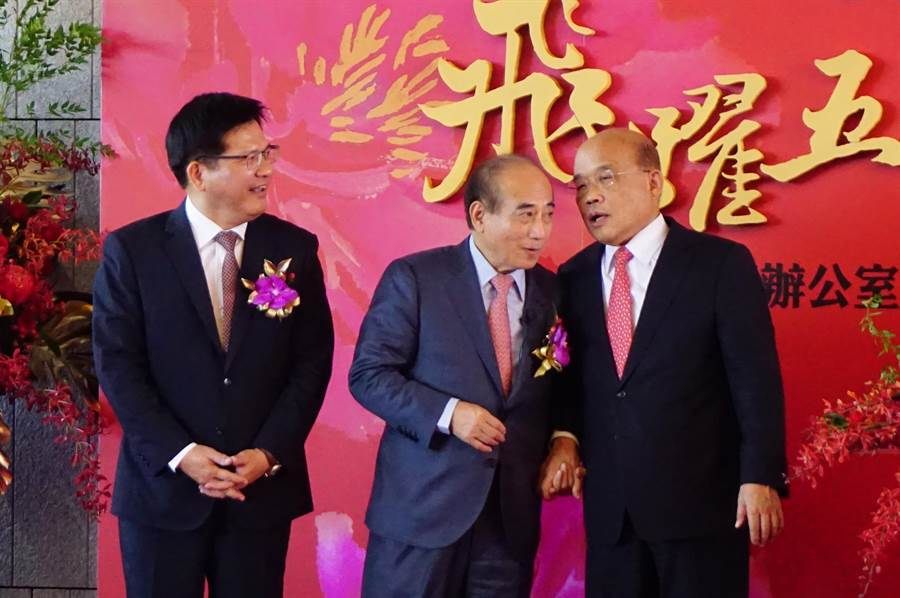 前立法院長王金平(中)、行政院長蘇貞昌(右)頻頻交頭接耳,交通部長林佳龍(左)也好奇悄悄話內容。(王文吉攝)