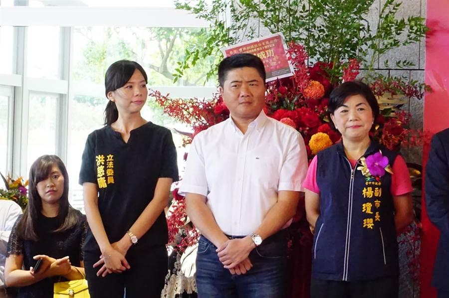 尋求連任的無黨立委洪慈庸(左),巧遇「可能的對手」台中市副市長楊瓊瓔(右),中間隔著立委顏寬恒,彷彿最遙遠的距離。(王文吉攝)