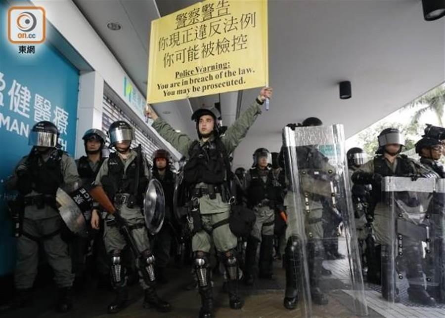 警方於東涌站外舉黃旗。(圖/東網)