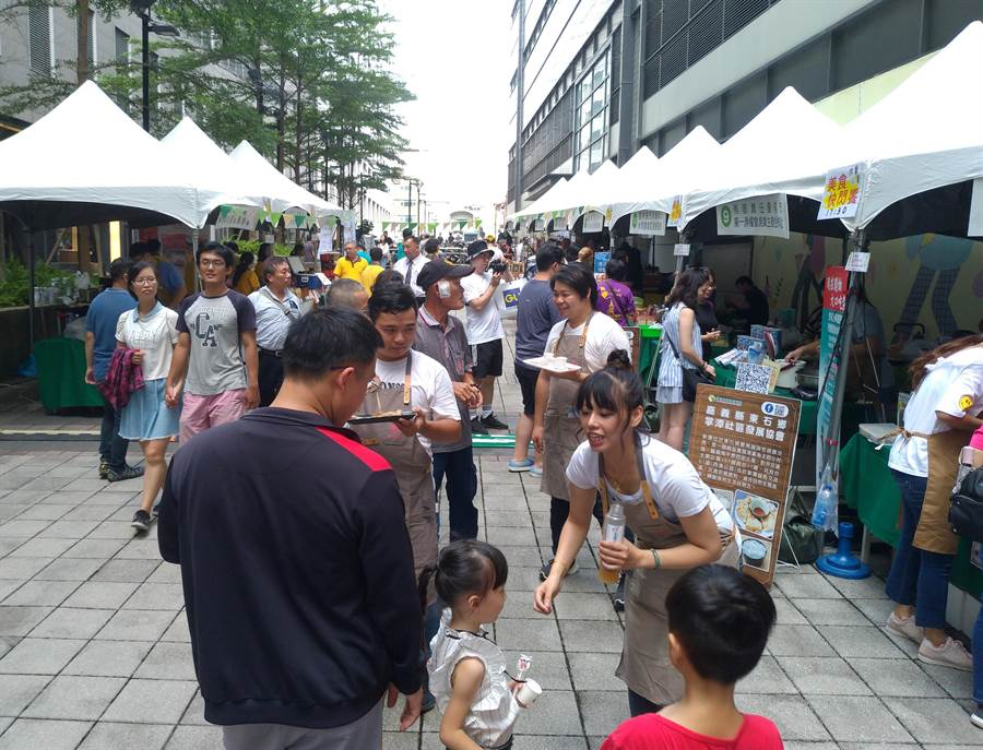 勞動部勞動力發展署雲嘉南分署今日舉辦公益市集展售活動,22家來自雲嘉南區具社會企業潛力的非營利組織設攤。(曹婷婷攝)