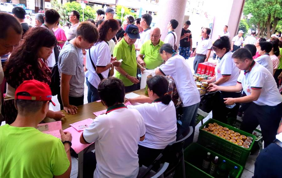 中華民國廣亮慈善會大手筆在埔里鎮發放百萬元低收入戶現金和慰問品,讓工作人員忙得不可開交。(楊樹煌攝)