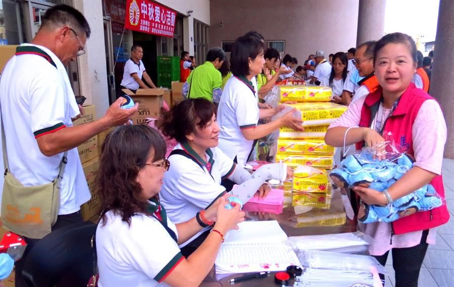 廣亮慈善會的善行,立委馬文君除派員到場協助發放慰問品並也以紀念品慰勞工作人員辛勞。(楊樹煌攝)
