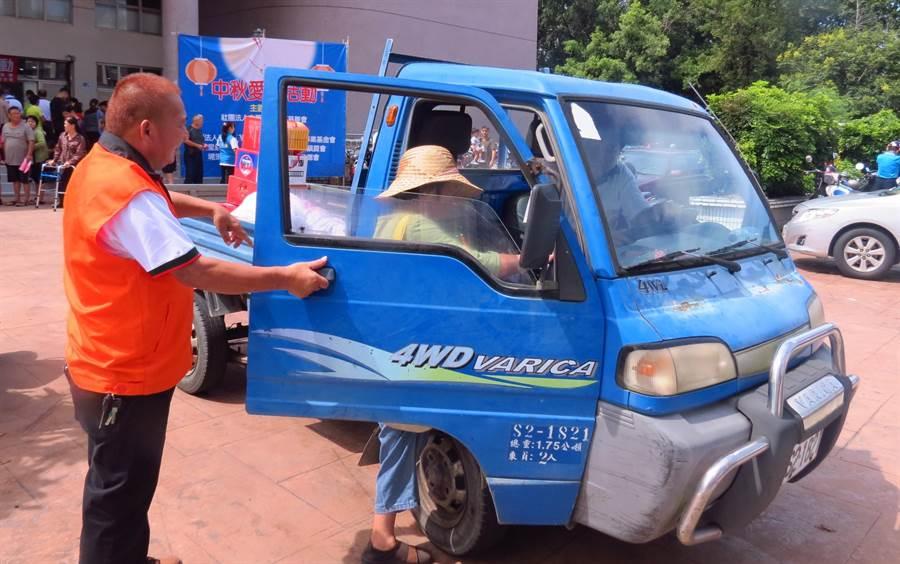 中華民國廣亮慈善會在發放慰問品同時並以小貨車幫忙載運的服務到家服務。(楊樹煌攝)
