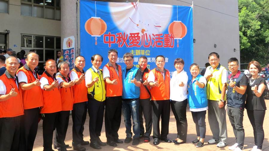 中華民國廣亮慈善會大手筆的發放低收入戶物資,地方各界都前往關懷,並讚揚廣亮的愛心善行。(楊樹煌攝)