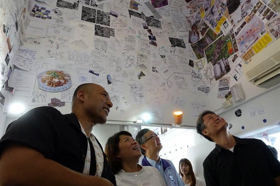 嘉義市長黃敏惠(左二)參觀鐵高願景館展出的鐵高沿線社區田調初步成果。(廖素慧攝)
