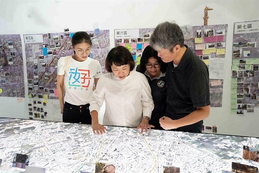 嘉義市長黃敏惠(左二)參觀鐵高願景館展示的鐵高沿線模型。(廖素慧攝)