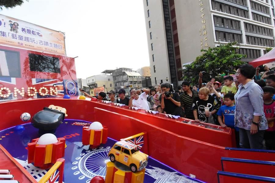 卦山3號市集舉辦「藝童玩趣」,彰化縣文化局引進「巨大彈珠台」,大到彈珠軌道都能當小孩的跑道了。(吳敏菁攝)