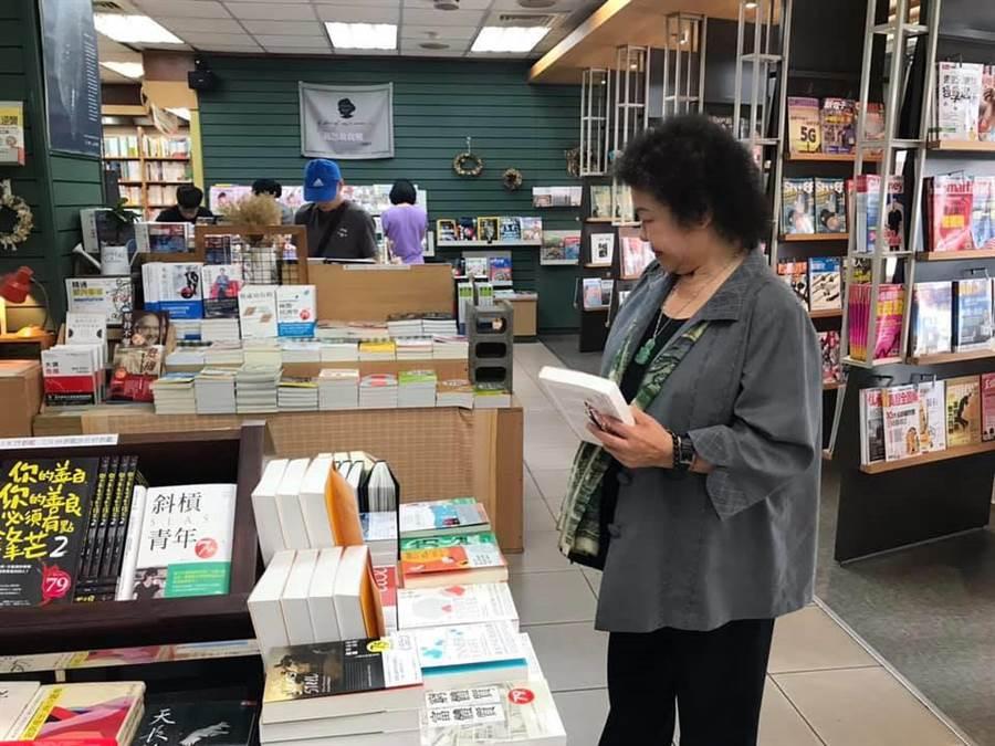陳菊到訪老友利錦祥的書局。(翻攝陳菊臉書)