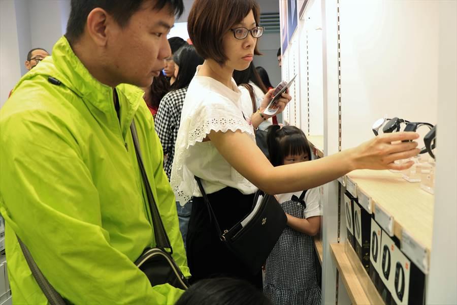 屏東唯一「小米」專賣店7日盛大開幕,逾百名「米粉」前來朝聖。(謝佳潾攝)