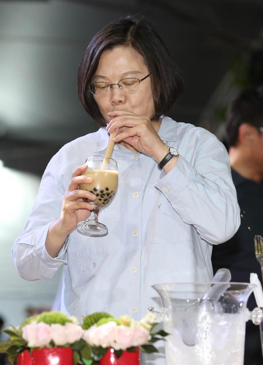 在今(7)日的中華文化總會藝文聯誼茶會上,蔡英文總統也首度學習如何用雪克杯「搖珍奶」,表示是喝過最好喝的紅茶。(姚志平攝)