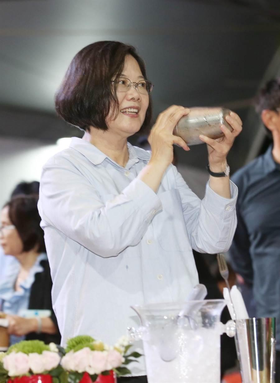 在今(7)日的中華文化總會藝文聯誼茶會上,蔡英文總統也首度學習如何用雪克杯「搖珍奶」。(姚志平攝)