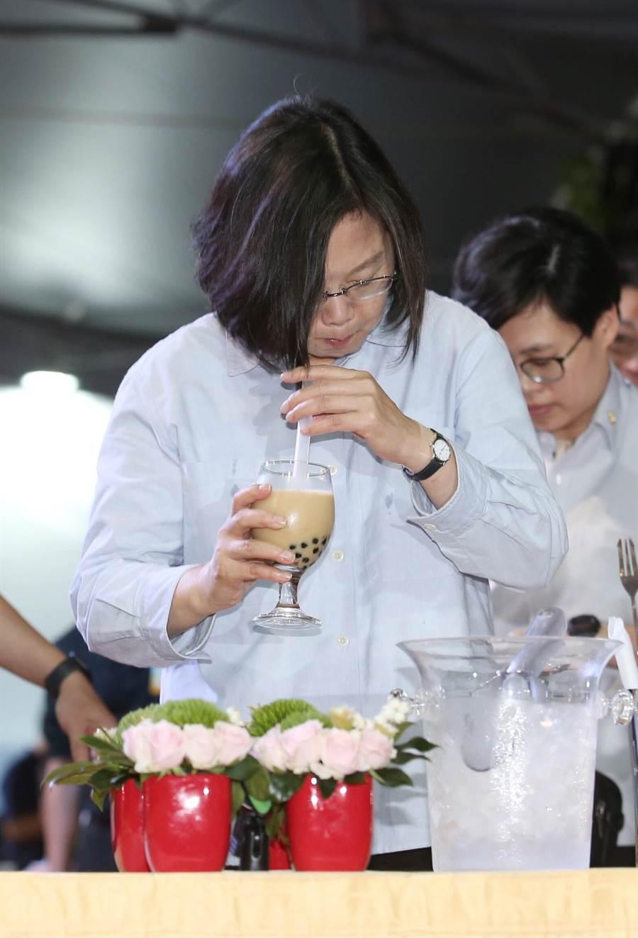 在今(7)日的中華文化總會藝文聯誼茶會上,蔡英文總統也首度學習如何用雪克杯「搖珍奶」,連續喝了好幾口。(姚志平攝)