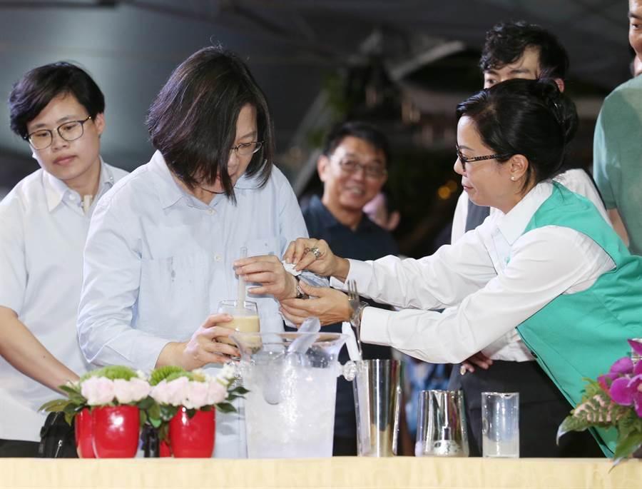 在今(7)日的中華文化總會藝文聯誼茶會上,蔡英文總統也首度學習如何用雪克杯「搖珍奶」,第一口就差點嗆到。(姚志平攝)