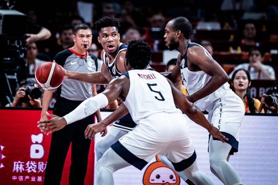 上季NBA年度MVP阿提托康波此役陷入孤軍奮戰窘境。(摘自FIBA官網)