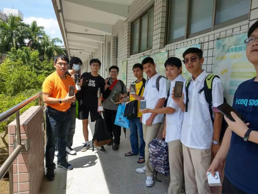華夏科技大學今年有別於以往,針對大一新生舉辦校園尋寶遊戲,學生只要下載尋寶手遊APP,完成任務還可以獲得精美獎品。(華夏科技大學提供/葉書宏新北傳真)