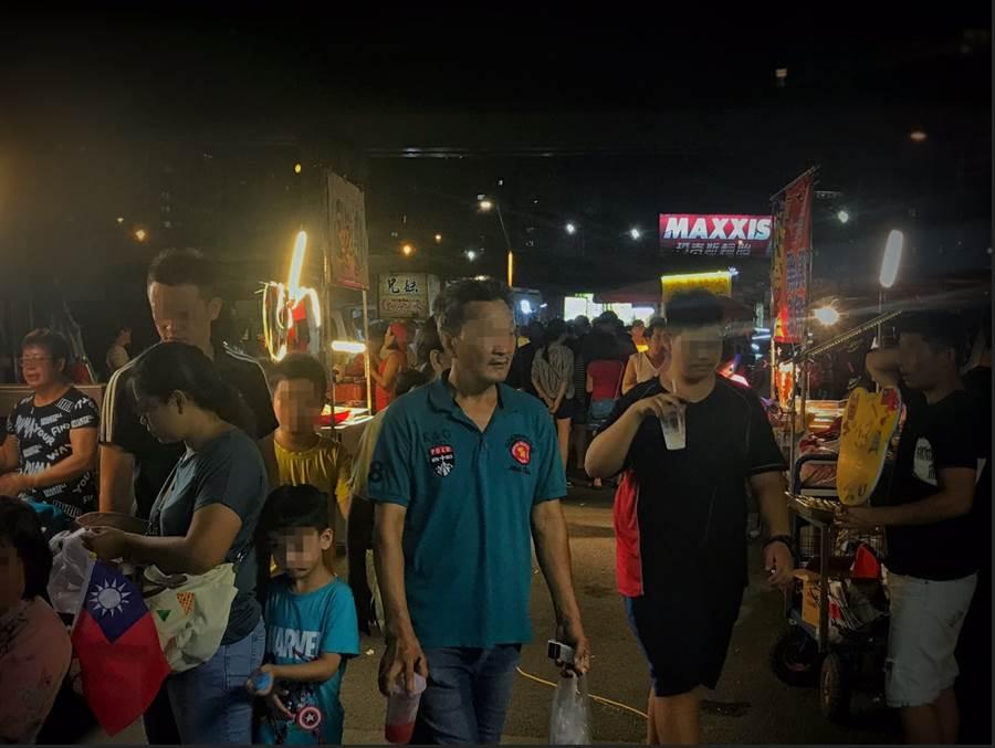 「韓流」攤販進駐新北市三重區的二重疏洪道,吸引許多民眾攜家帶眷來逛。(圖/李俊毅 攝)