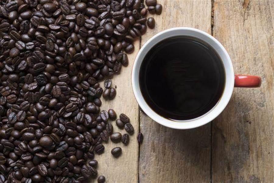 研究指出,運動前30分鐘喝黑咖啡,能夠大幅增加卡路里燃燒量 (圖/達志影像shutterstock)