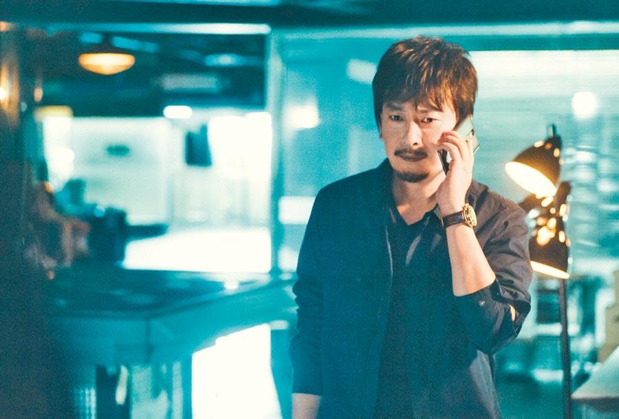 王識賢在《鑑識英雄II 正義之戰》飾演檢察官林士堯,成功詮釋出角色的情感糾結。(中視提供)