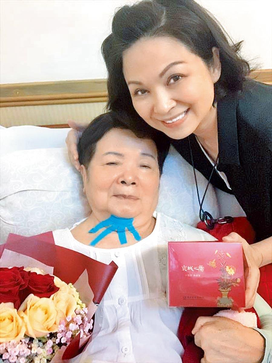 楊貴媚(右)生日開心貼出和媽媽的合照。(摘自楊貴媚臉書)