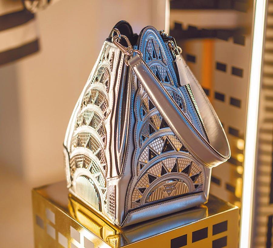 Buildings包款宛如縮小版的克萊斯勒大廈,手腕帶設計讓使用者可以拎著大樓趴趴走。(LV提供)