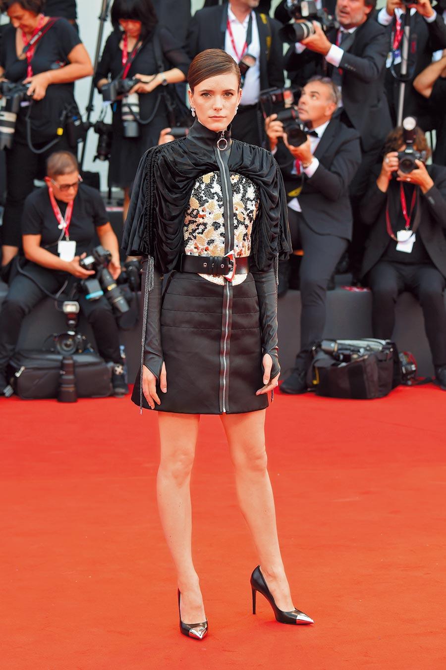 擔任威尼斯影展評審的史黛西馬汀,在開幕式上身著充滿高譚市風格的LV 2020早春洋裝。(LV提供)