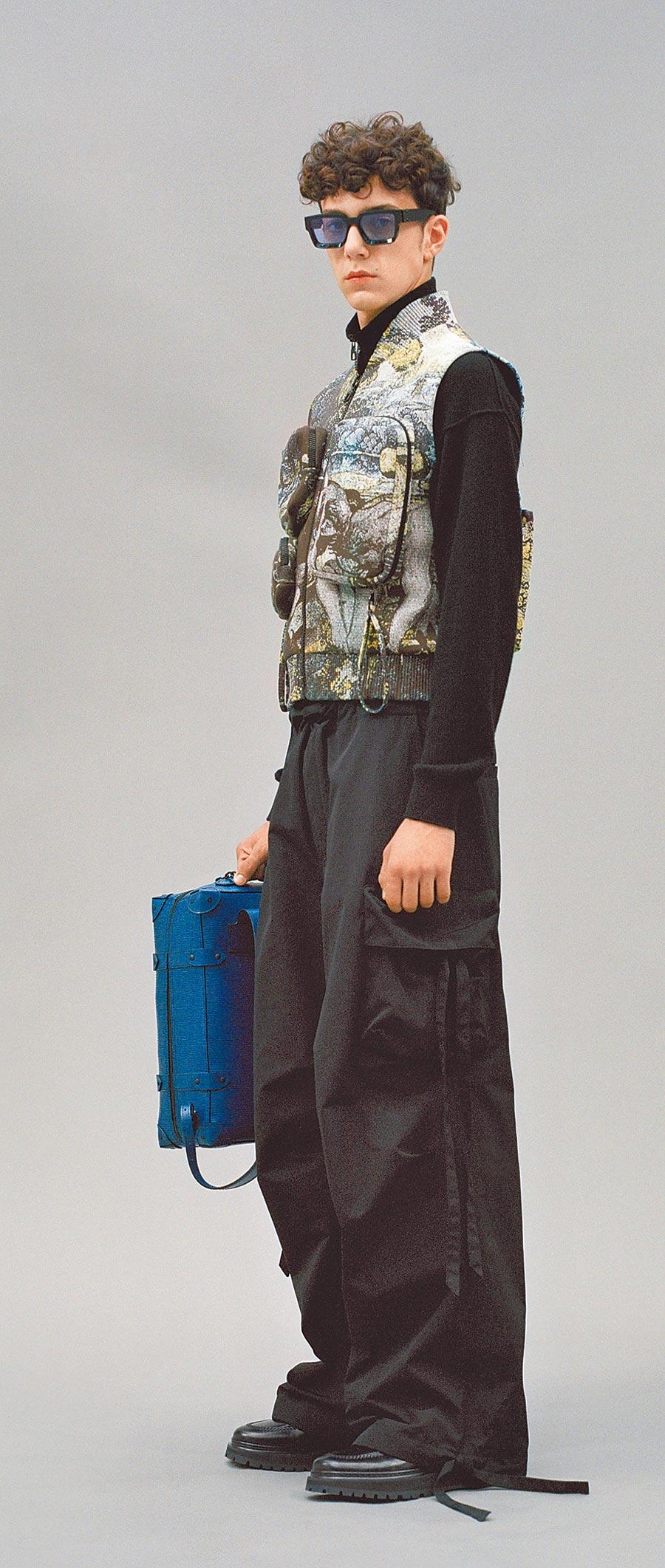 工作背心上有多個不可拆卸的拉鍊包,增添服裝的配件化。(LV提供)
