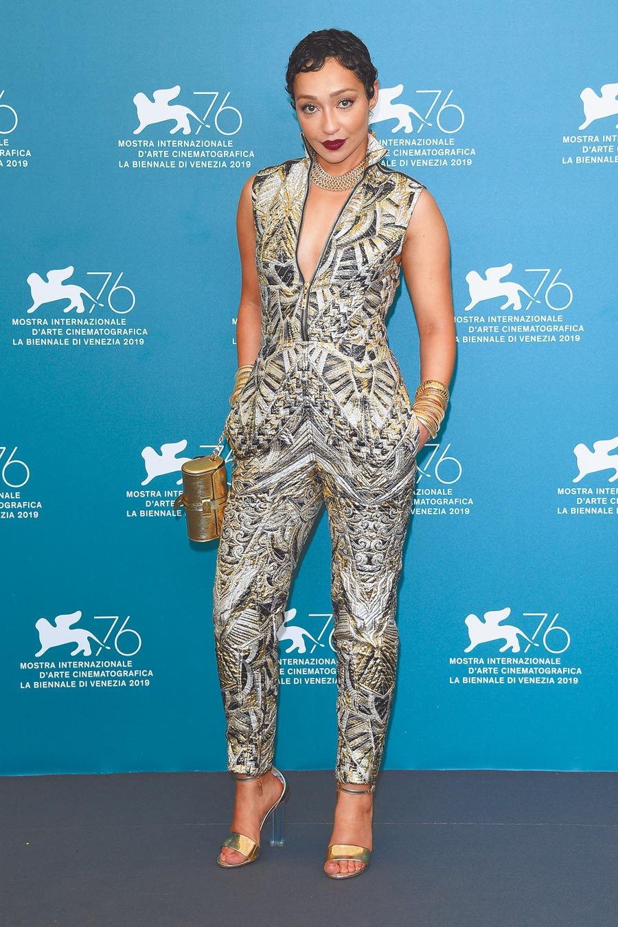 蘿絲奈格在威尼斯影展上穿的LV 2020早春連身裝,以Art Deco裝飾風藝術花紋為主題。(LV提供)