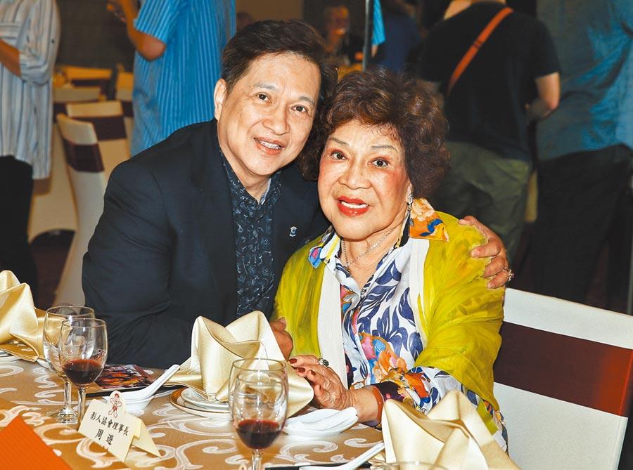 周遊(右)昨和老公李朝永出席中秋餐會。(粘耿豪攝)