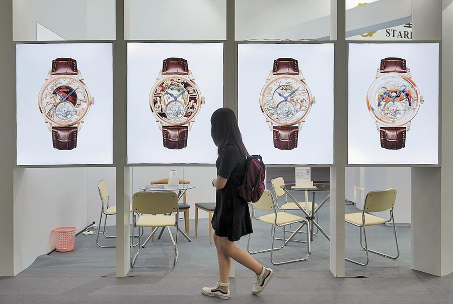 號稱全球最大的香港鐘錶展3日開幕,人氣大不如前。(中新社)