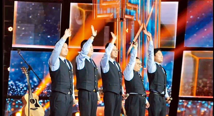 藍色行者樂隊在8月時,登上大陸央視的綜藝節目,表演他們的第一首原創歌曲《藍色行者》。(截圖自微博@中國青年雜誌視頻)