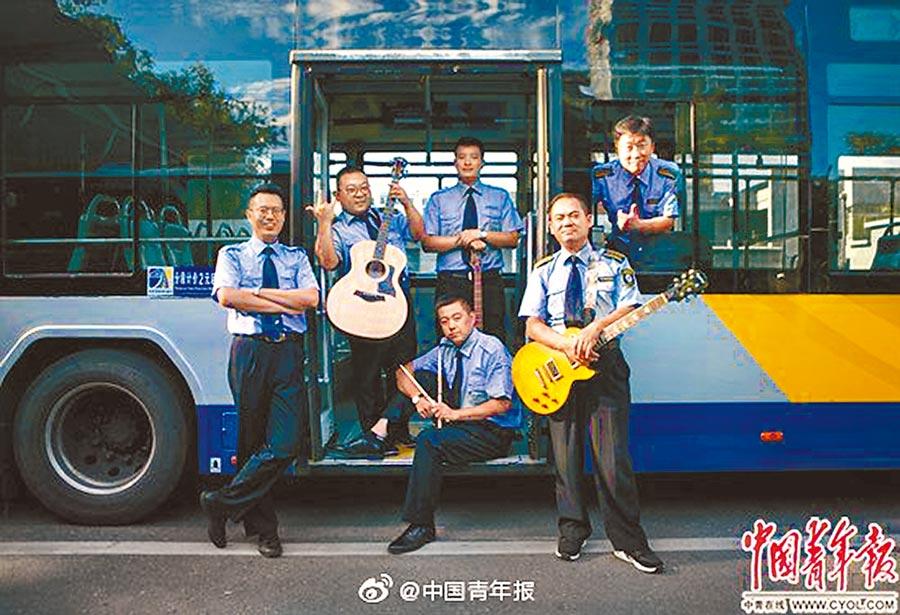 8月14日,北京亞運村387路公車場站內,藍色行者樂隊在公車前合影。(取自微博@中國青年報)