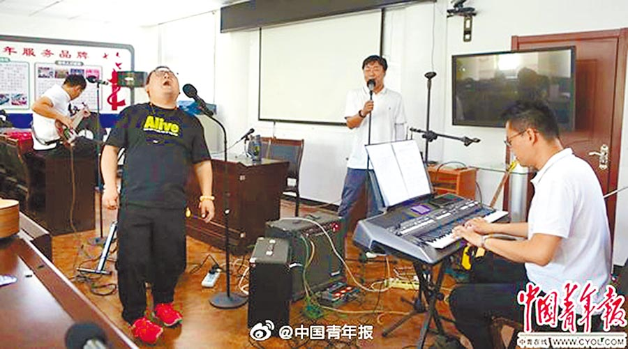 北京亞運村387路公車場站的一間會議室內,藍色行者樂隊正在排練。(取自微博@中國青年報)
