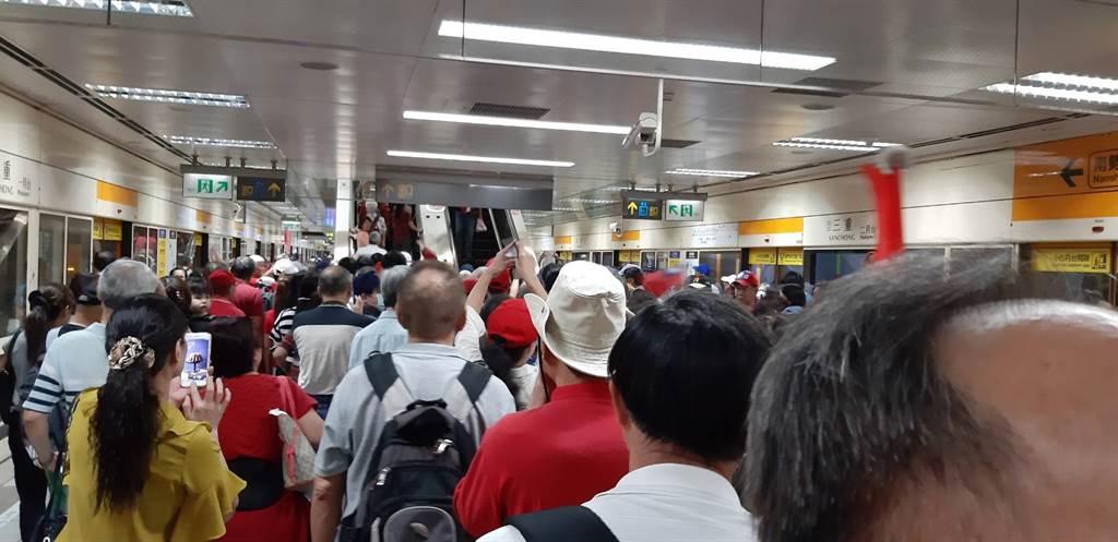 韓國瑜赴三重造勢,捷運站人潮擠爆。(圖/民眾提供)