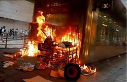港激進示威者港鐵中環站外縱火
