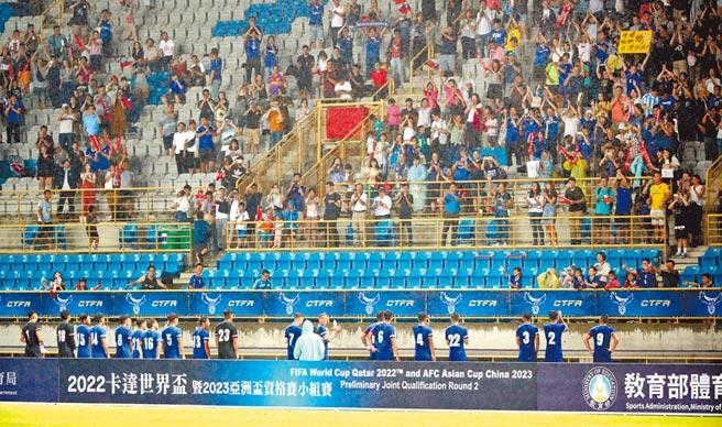 中華足球隊5日在世界盃足球賽亞洲區資格賽小組賽出戰約旦,終場中華隊以1:2敗給約旦後,全體隊員到現場的觀眾前鞠躬致意,感謝民眾的支持。(鄭任南攝)