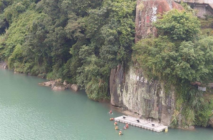 搜救人員在碧潭大橋下方搜尋失蹤民眾。(張達智攝影)