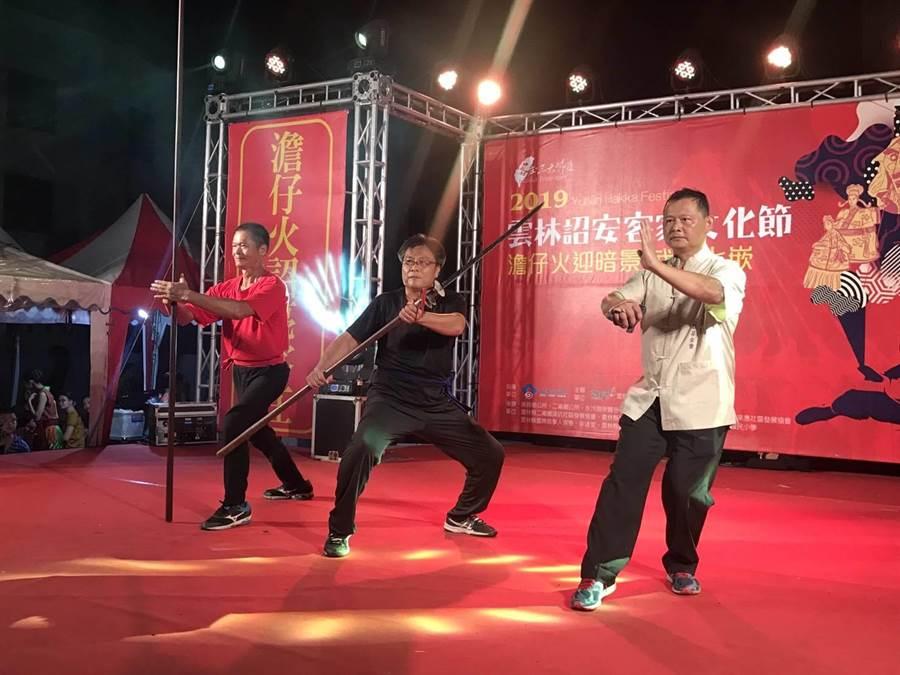 黃振崇校長(中)表演「斬馬刀」、張岸誠師傅(右)表演「軟鞭鍊阿套」,另位師傅表演兵器「丈二」。(周麗蘭攝)