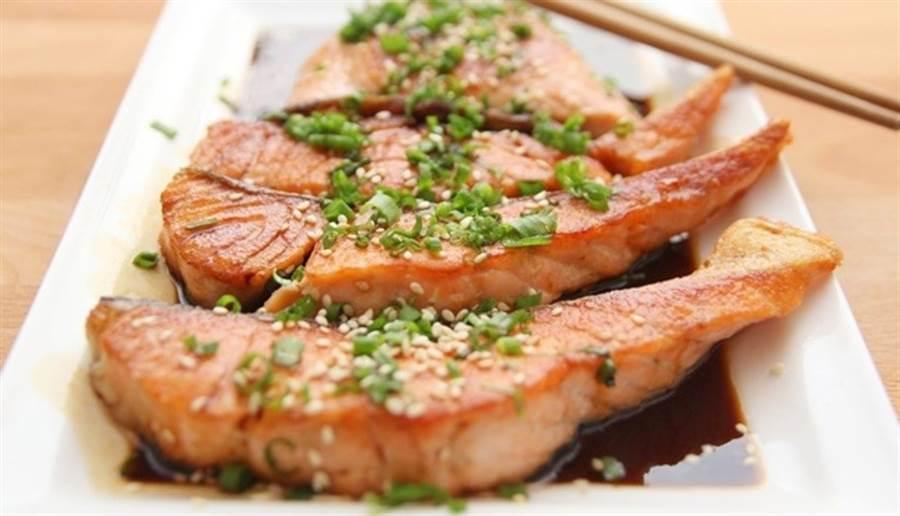 對於食量較小的長者,建議先從魚肉等蛋白質開始吃。(圖/pixabay)